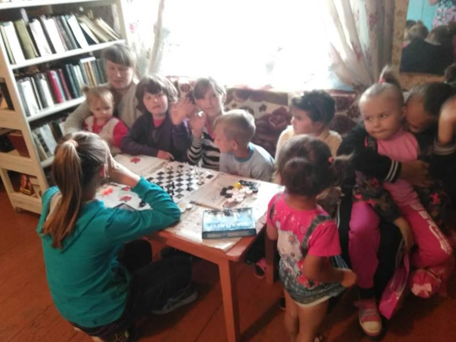 День семьи, любви и верности: ромашки, фотосессии и медали