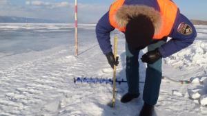 Толщину льда в опасных местах водных объектов замерили госинспекторы