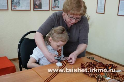 В районном краеведческом музее прошел мастер-класс по изготовлению патриотической броши