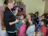 Преподаватель Ермолаева А.Н. знакомит малышей с творчеством юных художников (учебный корпус п.Железнодорожный)