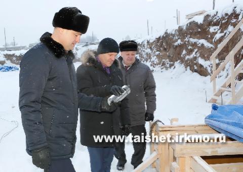 Мэр Тайшетского района заложил капсулу на месте строительства новой школы  в городе Бирюсинске