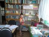 Читатели Бадарминской сельской библиотеки №1 знакомятся с передвижной книжной выставкой «Яркий мир любимых книг»