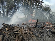 В п. Харик сгорел склад.