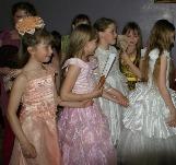 Дефиле в бальных платьях Тубинская библиотека