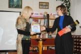 Заведующая Седановской сельской библиотекой, Маслова Е.С., получает диплом III  степени и ценный приз для читателя библиотеки  Корнева Александра, победителя  областного конкурса литературного творчества «Встречь солнцу».