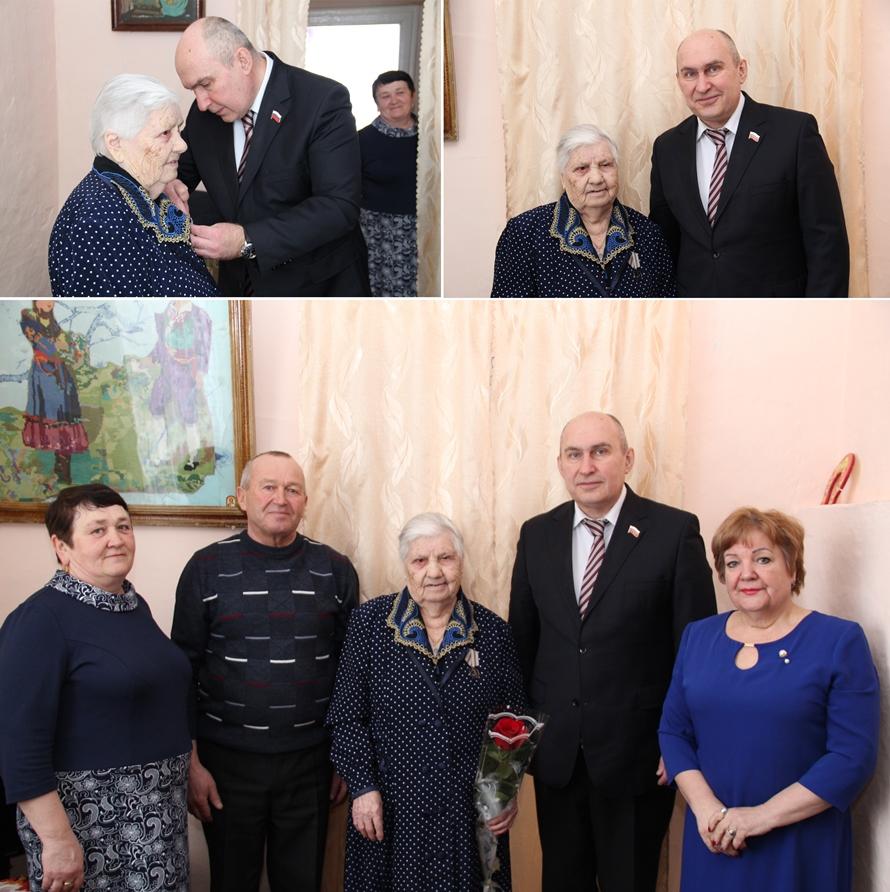Жительнице Каменска вручили первую в районе юбилейную медаль