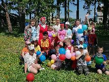 18 июня  специалисты  МКУК  КРЦ «Колос» провели в детском оздоровительном лагере «Алые паруса»  игровую программу «Троицкие забавы».