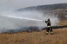 Горящая сухая трава - предвестник пожара