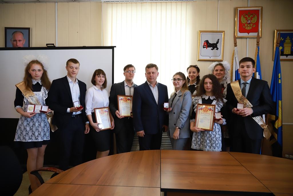 Лучшие выпускники школ Черемховского района 2020 года получили сегодня медали за успехи в обучении из рук мэра Сергея Марача