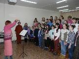 Преподаватель Братского музыкального училища Ирина Николаевна Овчинникова  работает с хором Лазурь