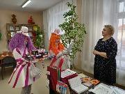Вручение подарков директору Районного центра дополнительного образования детей А.М. Шпагиной для победителей конкурсов и фестивалей