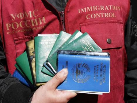 Работодателей призвали брать на работу меньше иностранцев