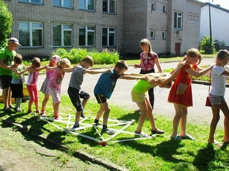 На базе школ окрылись детские площадки