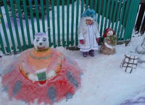 Выросли в моем дворе снежные фигуры