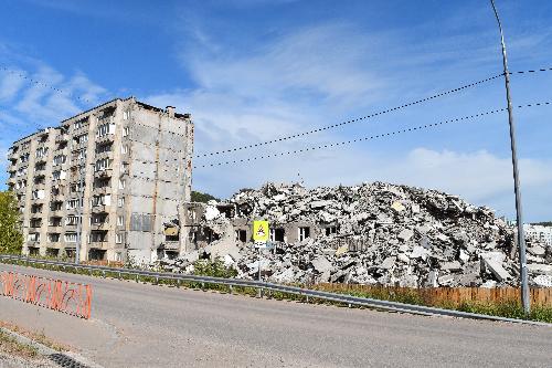 Заканчивается демонтаж подъездов дома по улице Радищева