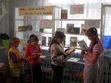 Эдучанской библиотеки   выбирают книги с книжной выставки