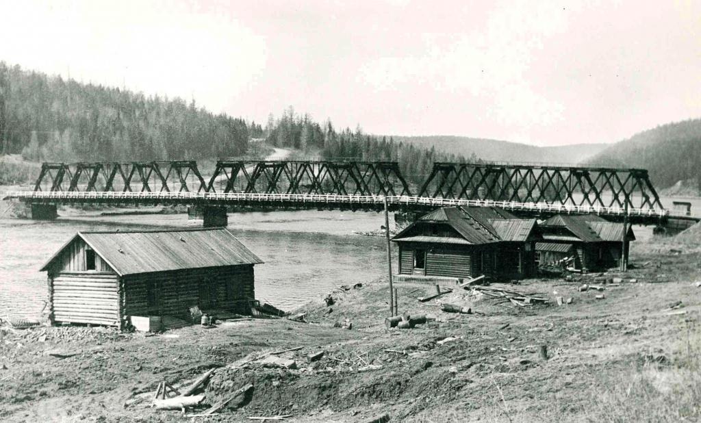Общий вид деревянного моста через р. Илим у с. Илимск перед затоплением.jpg