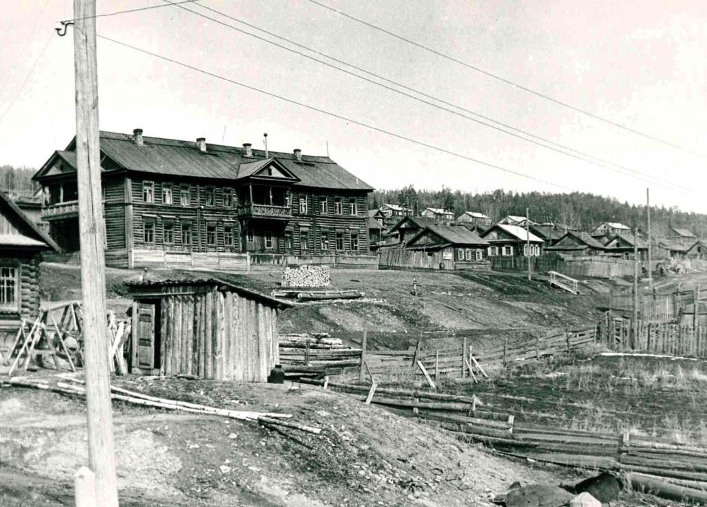 Село Илимск. В центре жилой двухэтажный дом дорожно-эксплуатационного участка - 593 (апрель 1970 г.).jpg