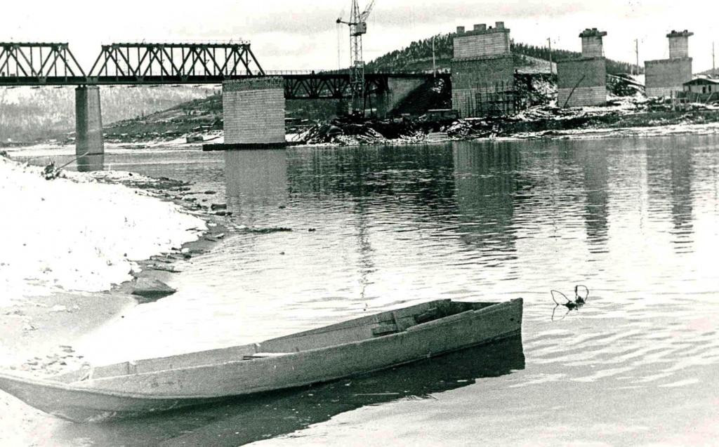 Возводятся опоры нового моста (1972 г.).jpg