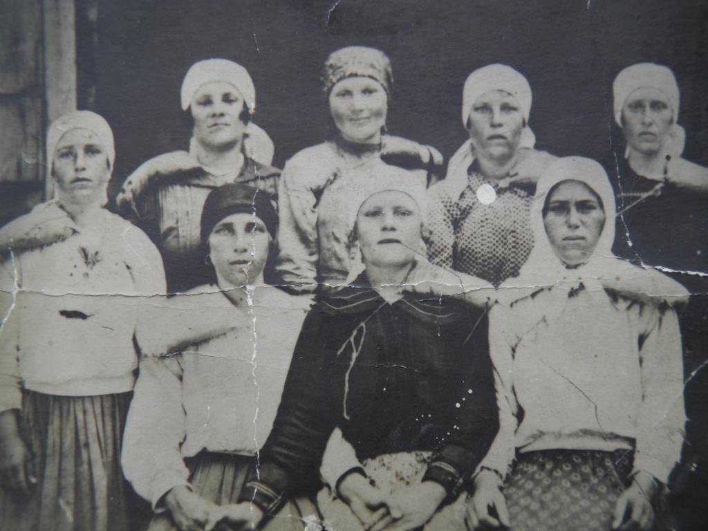 фото 4-  женщины с наплечниками для переноски брёвен.JPG
