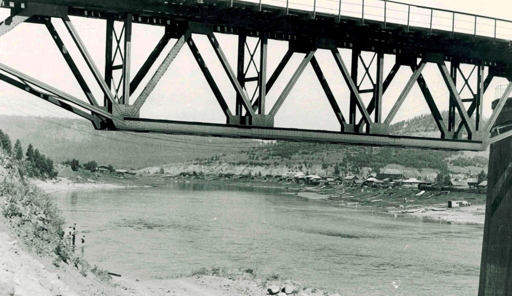 Вид из-под жд моста в верховье Илима.jpg