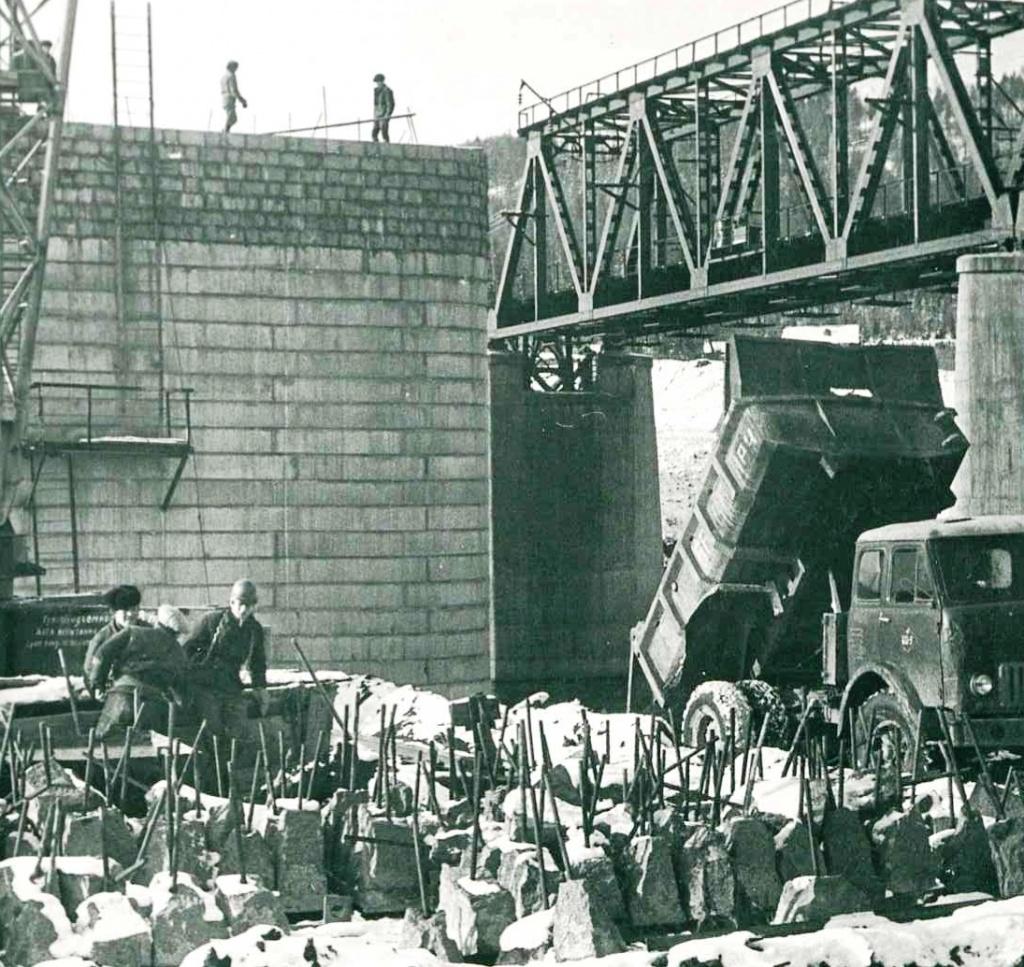 Возводятся опоры нового моста (1972 г.)_1.jpg