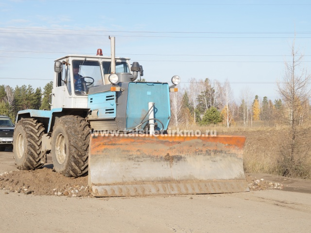 Бесхозный участок дороги ремонтируют общими силами
