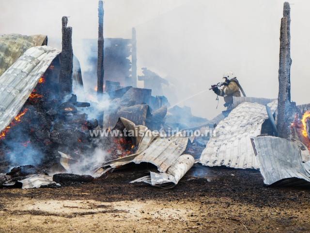 Тушили всем селом: в Заречном загорелся частный дом, погиб ребенок